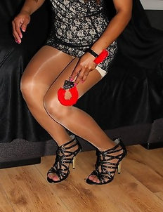 Mistress Ooy is offering you a very interesting experience: she has prepared for whoever dears to provoke her, a pair of sexy, red handcuffs.