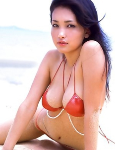 Reon Kadena with big melons is very sexy on the sea shore