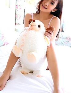 Hot girl Lolita Cheng masturbate on bed