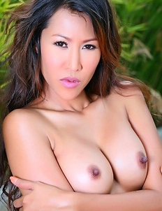 Busty Susie Lee show her nice body and playing pink dildo