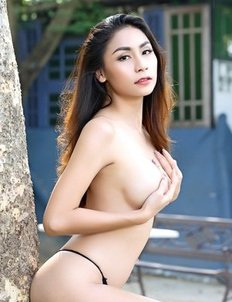 Sophia exposes her beautiful nice body to a goal in outdoors
