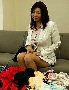Busty Sayuri Mikami gives a blowjob