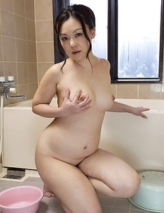An Kanoh fondles her big boobs on bathtub's