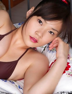 Airi Sakuragi with sexy lips has spicy curves in bath suit