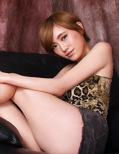 Japanese Yuu Ishiki with sexy legs on sandals shows naughty behind