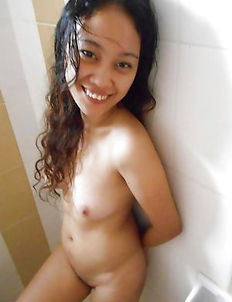 Filipina chick posing nude for her boyfriend