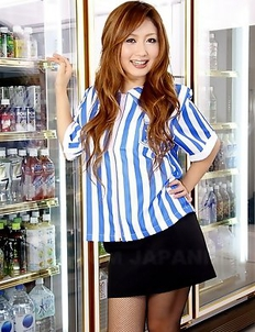 Hot cashier Hibiki Ohtsuki teases