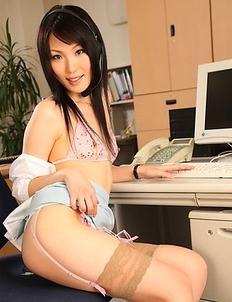 Ruri Shinohara fingers herself