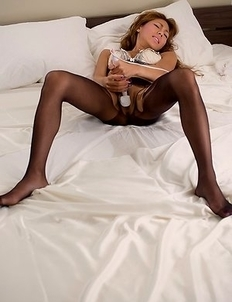 Nanami Sugisaki puts on her pantyhose before using a vibrator to cum quick