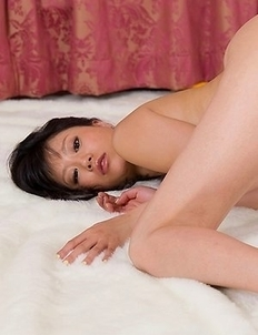 Uta Kohaku takes off her colorful outfit to finally pose naked, on all fours